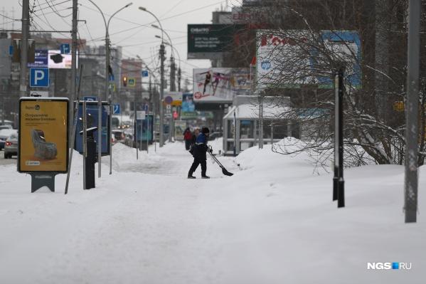 Циклон постепенно уходит из города, забирая с собой снегопады, но не их последствия