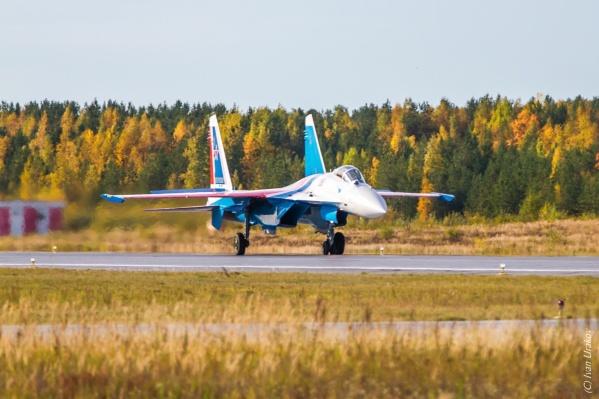 """«Русские Витязи» прибыли на аэродром Сургута <nobr class=""""_"""">15 сентября</nobr>"""