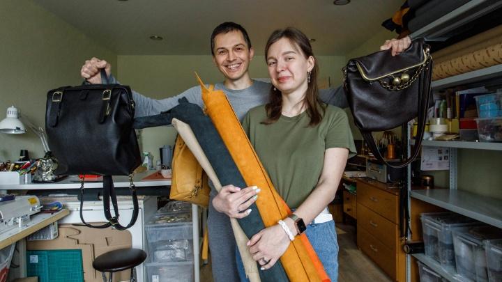 Вложили 150 тысяч в фурнитуру. Муж и жена из Екатеринбурга бросили работу на заводе, чтобы шить кожаные сумки