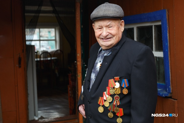 """Алексей Григорьевич живет в своем доме уже <nobr class=""""_"""">60 лет</nobr>"""