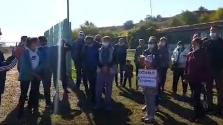 Дети были с плакатами: в Волгограде чиновники приехали на родительское собрание по поводу закрытия гребной базы