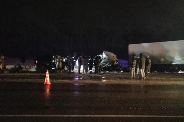 На месте аварии работали и полицейские, и спасатели, и пожарные, и медики, и следователи