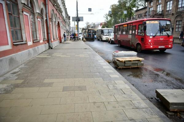 Люди жалуются на плохое состояние тротуаров на Комсомольской