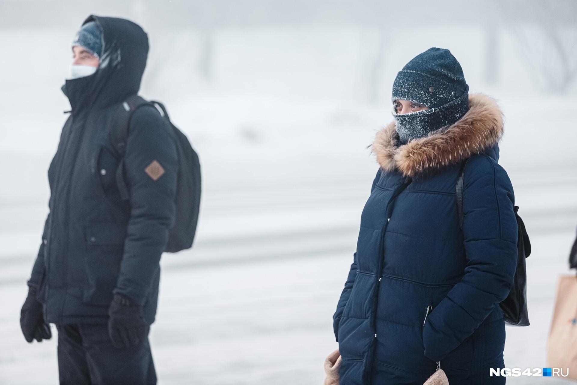 Медики советуют одеваться многослойно, чтобы не получить обморожение