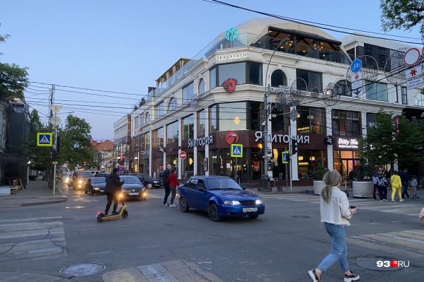 Сейчас в центре города людям приходится ходить сквозь потоки машин