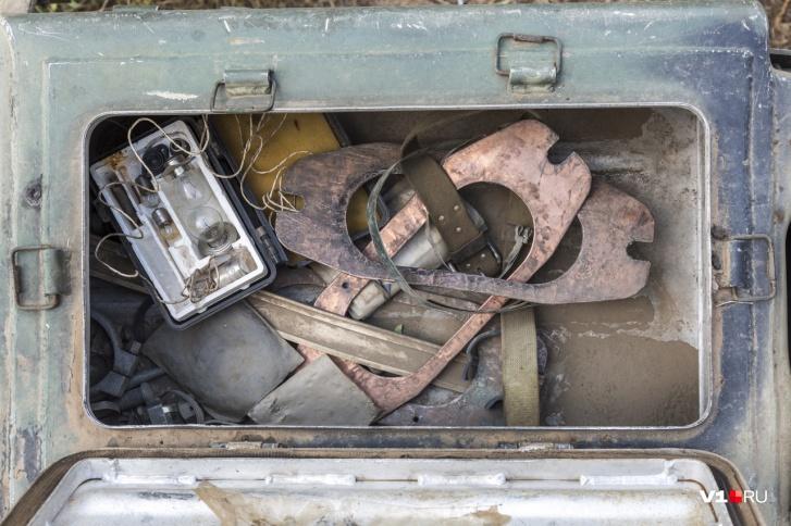 В отрытых ящиках танка - мелкие запчасти и инструменты