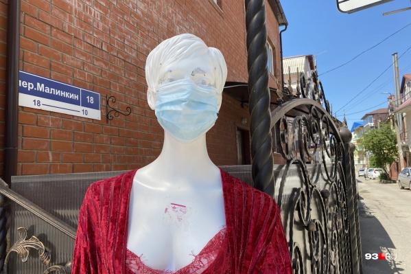 В общественных местах надо носить маски