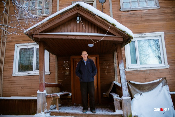 Пенсионер Михаил Иванов на крыльце своего почти столетнего дома, в котором прожил всю жизнь