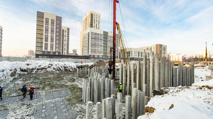 «Кто-то на улицу выйти боится, а строители работают»: что возводят в новом районе даже в мороз