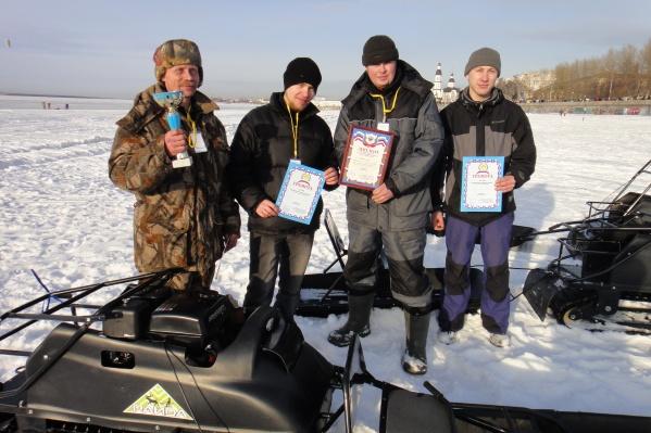 Михаилу Шестакову (слева) 58 лет, он обожает природу и качественную технику для рыбаков и охотников