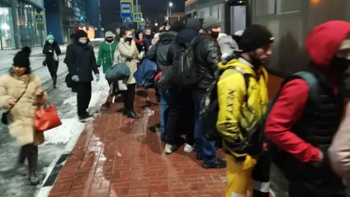 «По полчаса ждем автобус»: жители поселка Аэропорт пожаловались на невозможность добраться до Волгограда