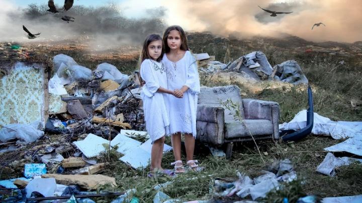 «Там дышать было нечем»: на новосибирской свалке прошла фотосессия с детьми в белых платьях