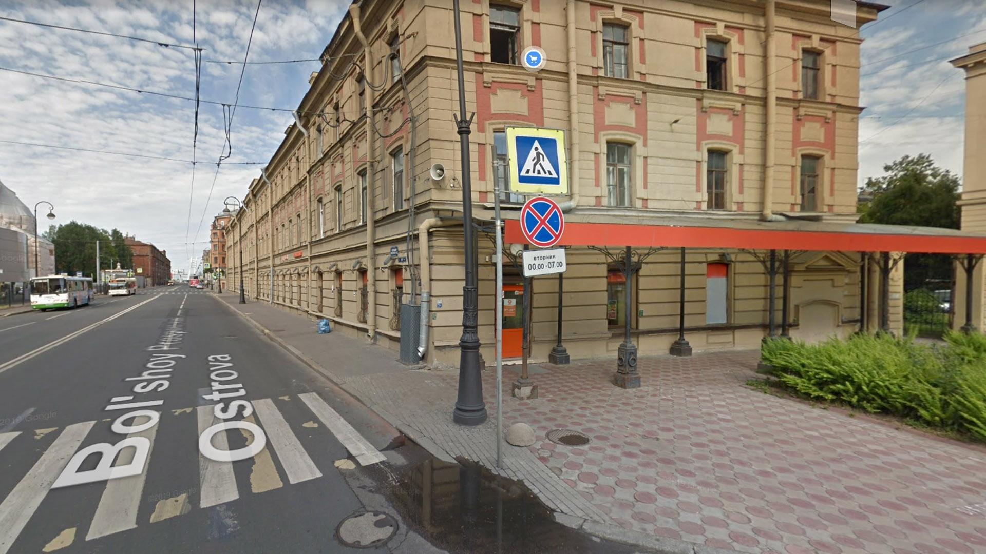 Ограничение парковки в Санкт-Петербурге. Этот знак первоначально может ввести в заблуждение — кажется, что стоять нельзя вообще, но на самом деле нельзя только по вторникам с полуночи до семи утра