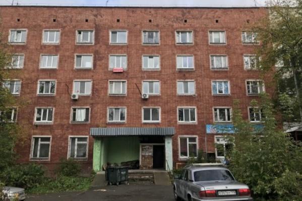 Девушка выпала из окна пятого этажа дома на Гайве
