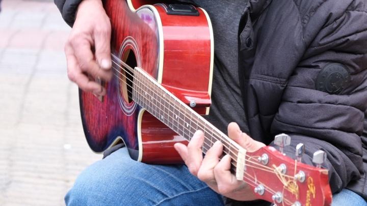 Мужчина с гитарой в автобусе №25 стал звездой волгоградского интернета