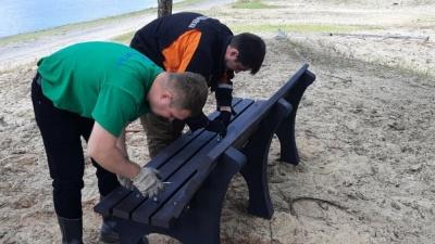 В Сургутском районе установили урны и скамейки из переработанного пластика