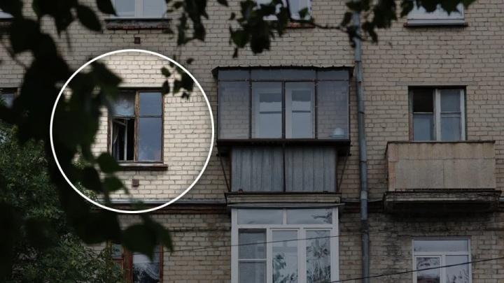 На челябинку, в квартиру которой вызвали МЧС из-за ребенка в окне, завели дело