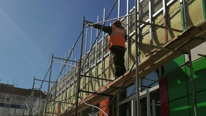 В Зауралье рабочий упал с пятого этажа во время ремонта фасада