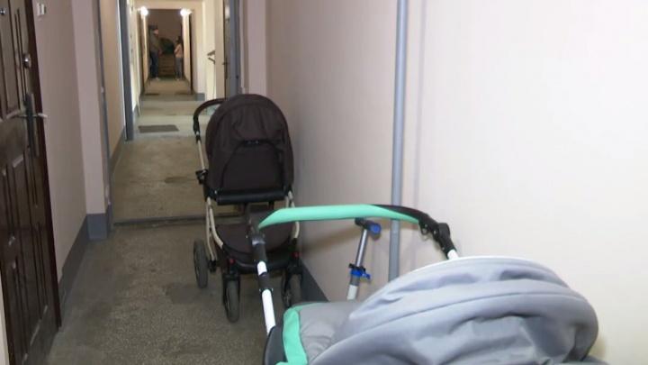 Соседские войны: некто налил уксус в коляску 5-месячного младенца, стоявшую на лестничной площадке