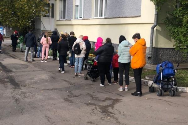 Родителям с детьми приходится ждать приема на улице
