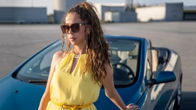 «Деньги и понты»: НГС поговорил с красоткой, которая ездит по городу на кабриолете. Возможно, вы ее видели