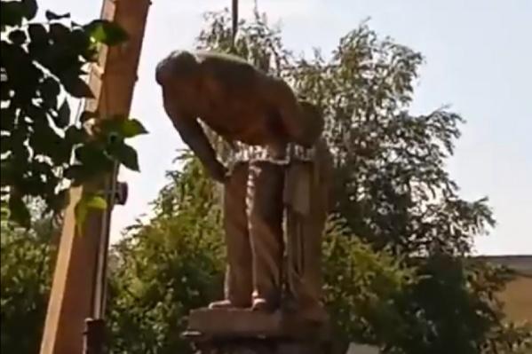 Памятник разломился на две части
