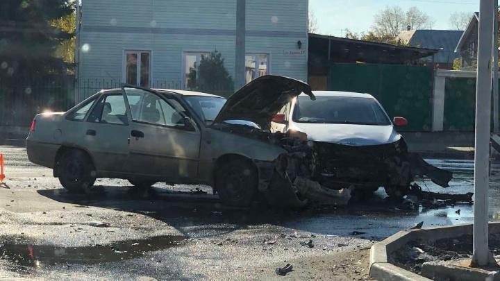 В Челябинске возле торгового комплекса такси попало в ДТП. На место аварии приехали две скорых и реанимация