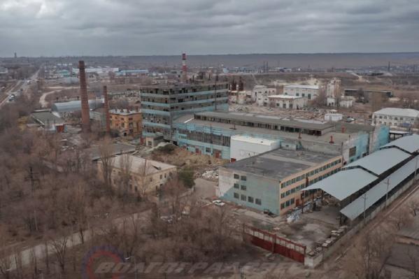 От завода остались огромные разрушенные цеха и мусор