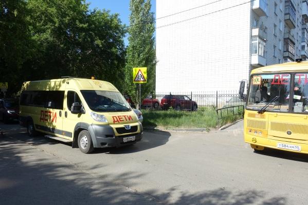 Сейчас в регионе детей подвозят к школам 540 автобусов