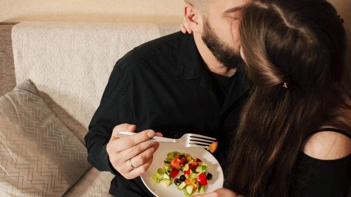 Ужин в постель: какие продукты разожгут страсть, а какие не оставят шансов на бурную ночь