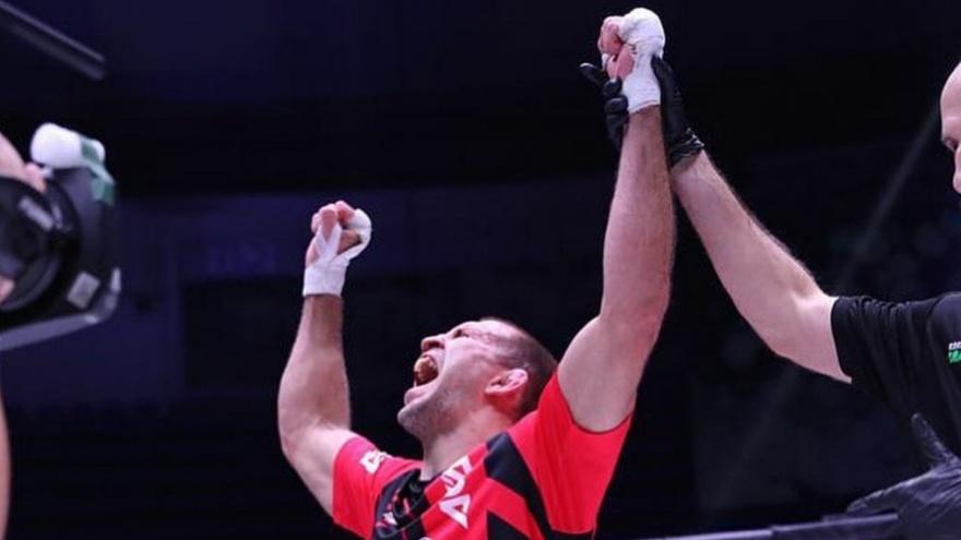 Омский боец Александр Сарнавский выиграл главный поединок турнира в Москве