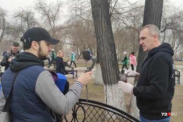 Субботник проходит в Александровском саду