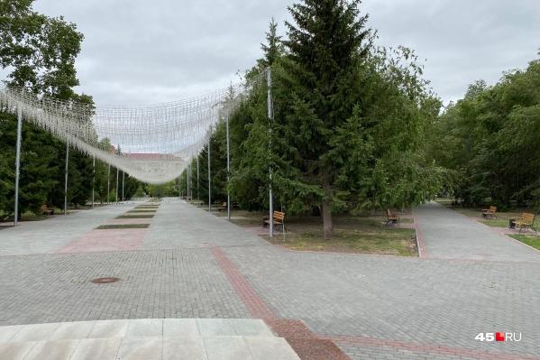 Экс-глава Кургана Андрей Потапов рассказывал, что ремонт горсада хотят завершить ко Дню города