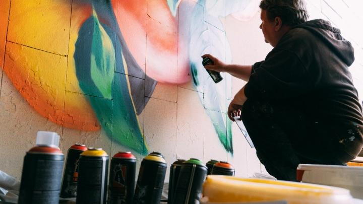 Омские художники начали разрисовывать подземный переход у «Яблоньки»