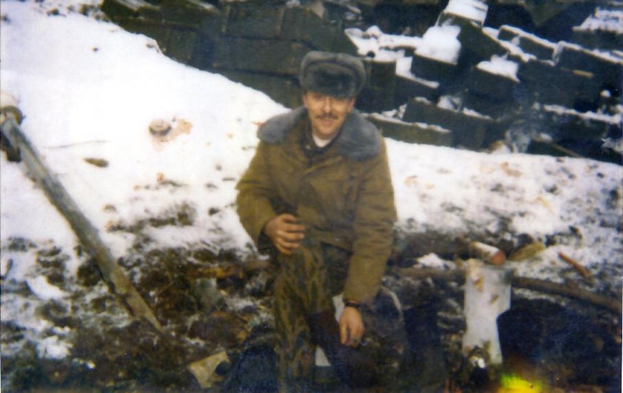 Фото на память в воронке от разорвавшегося снаряда, Грозный, 22 января 1995 года