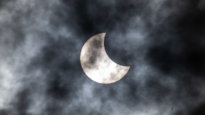 Луна на 34% закрыла Солнце над Новосибирском. Показываем в 5 кадрах, как это было