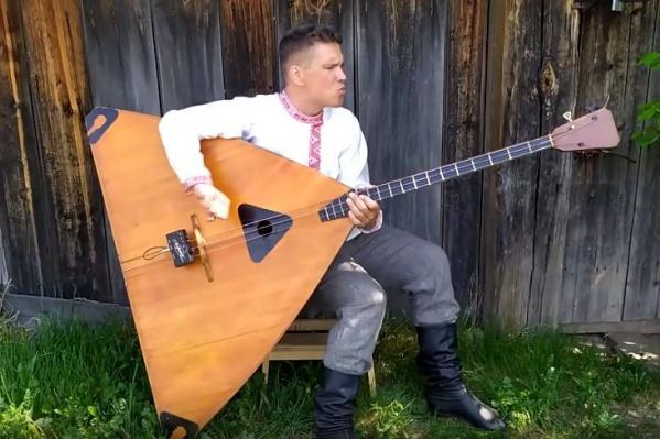 Один из инструментов музыканта — балалайка-контрабас