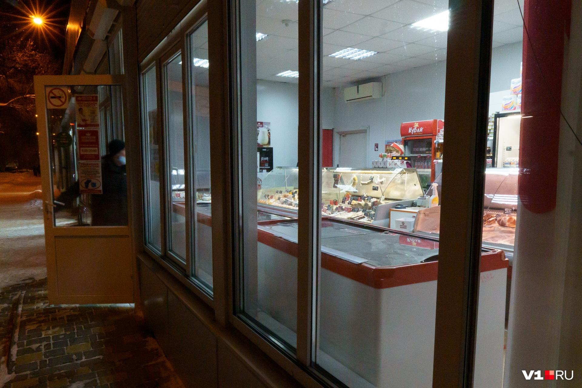 Из темноты хорошо видно — есть покупатели в павильоне или нет