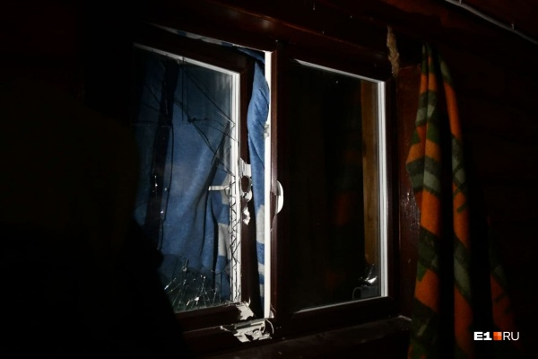 Разбитые при штурме окна попытались закрыть, чтобы помещения не остыли до температуры окружающей среды