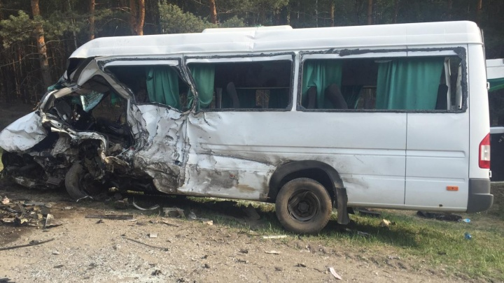 В Зауралье столкнулись микроавтобус и иномарка. Погибли 5 человек, в том числе ребенок