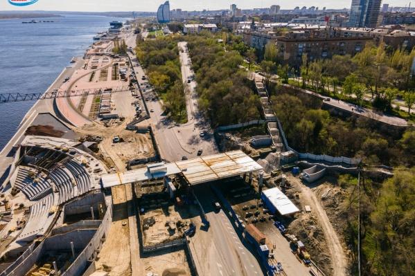 Широкий пешеходный мост уже обретает формы