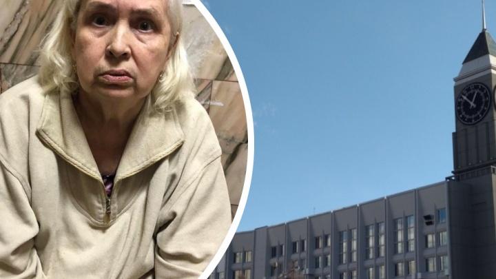 В Красноярске прохожие нашли на скамейке бабушку с потерей памяти и разыскивают ее родственников