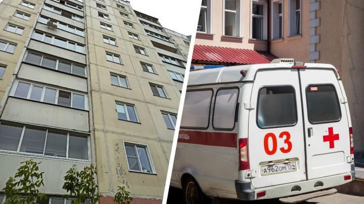 На МЖК в Новосибирске из окна многоэтажки выпала женщина