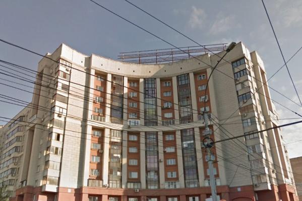 Дом на Зыряновской, 55 — один из самых примечательных в Октябрьском районе: это одна из «створок» «ворот» в правобережье