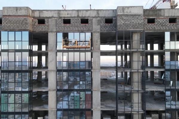 Рабочие занимаются обустройством фасадов