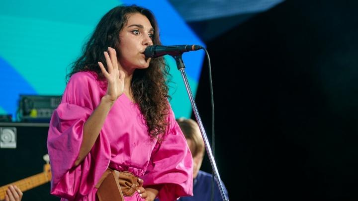 Концерты «АлоэВера» отменяют. Уральская певица уверена, что это связано с оппозиционной деятельностью ее мужа