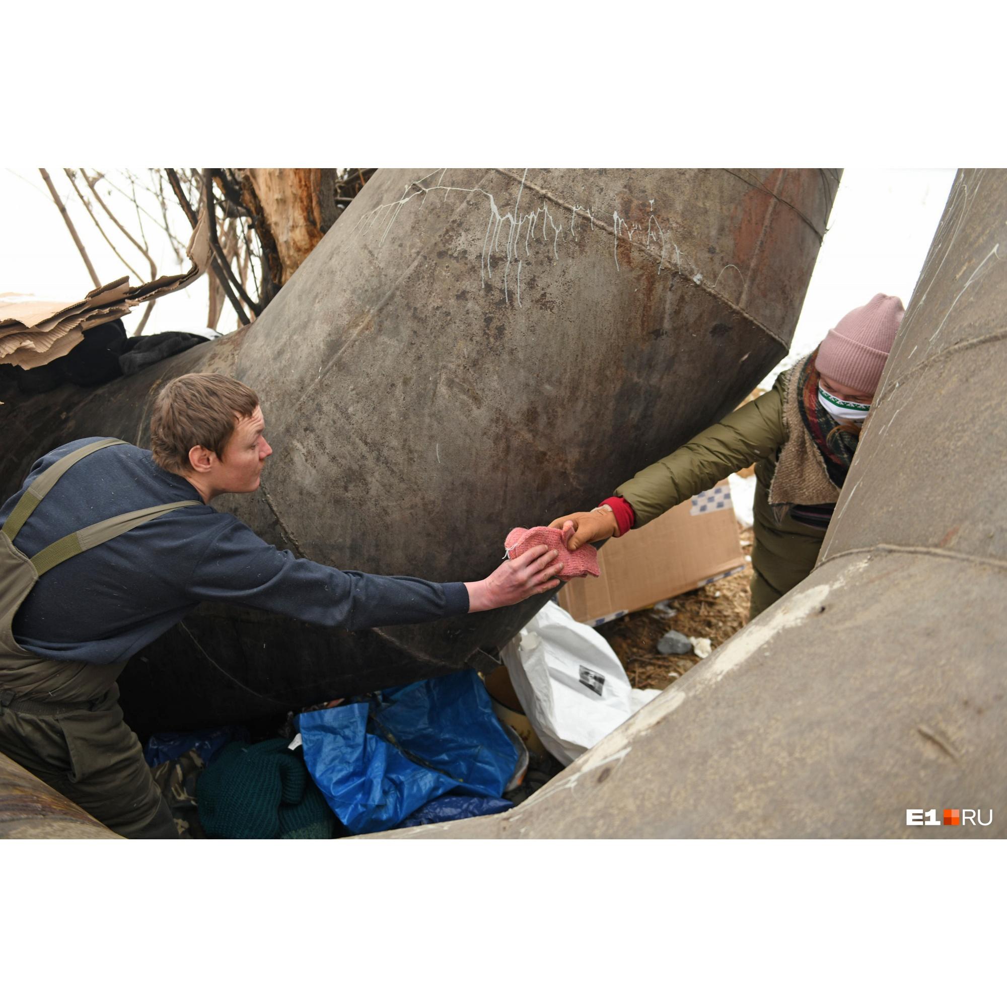Бездомные с радостью берут теплые вещи ручной работы от организации «Всё связано»<br>