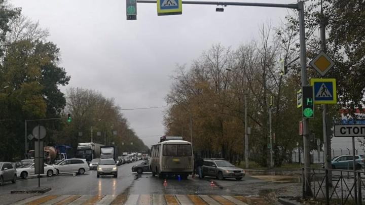 9-месячный ребенок попал в больницу после столкновения автобуса и Nissan на Петухова
