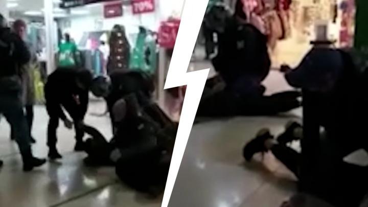 «Били ногами по лицу»: посетители тюменского ТЦ набросились на охранника из-за замечания