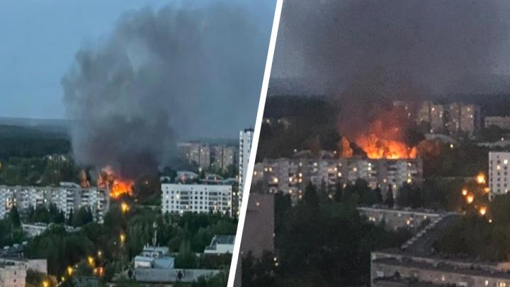 Огонь может перекинуться на соседнее здание: на Химмаше разгорелся серьезный пожар